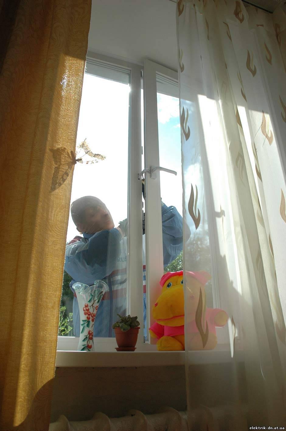 Снимает соседку через окно 12 фотография